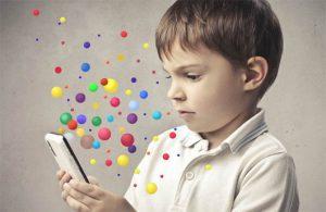 Rebenok-i-mobilnij-telefon